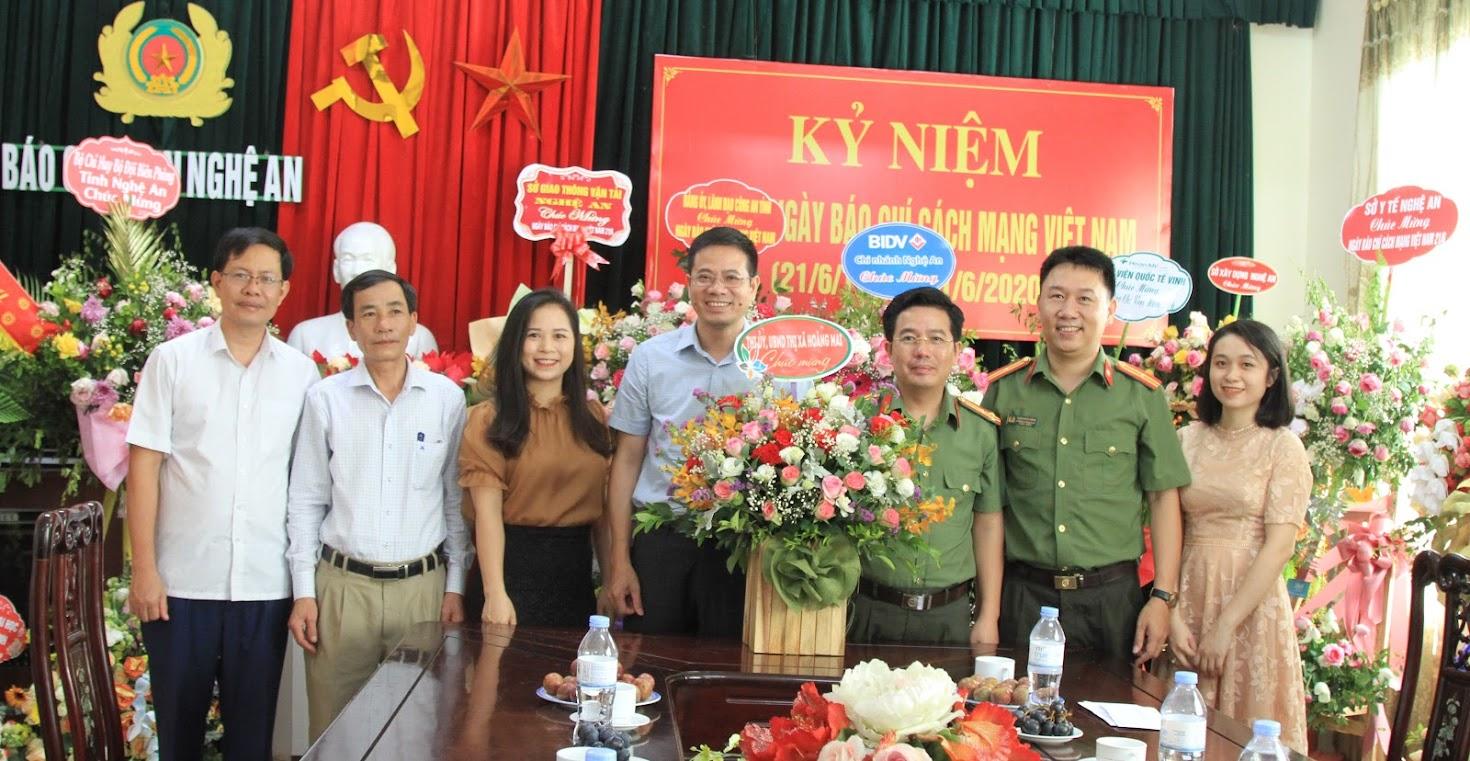 Thị xã Hoàng Mai chúc mừng Báo Công an Nghệ An