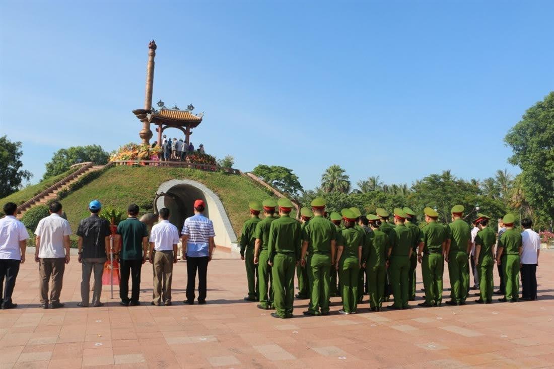 Cán bộ, chiến sỹ Phòng Cảnh sát kinh tế Nghệ An kính cẩn nghiêng mình, bày tỏ lòng tri ân đến các anh hùng liệt sỹ tại Thành cổ Quảng Trị.