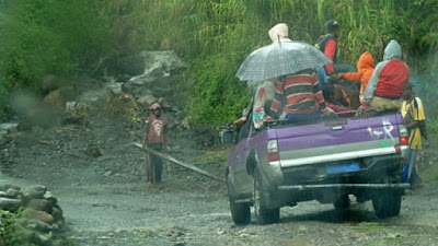 Inovatif: Taksi Papua Pakai Mobil Pick-Up Modifikasi, Pria memakai Koteka Dilarang Naik