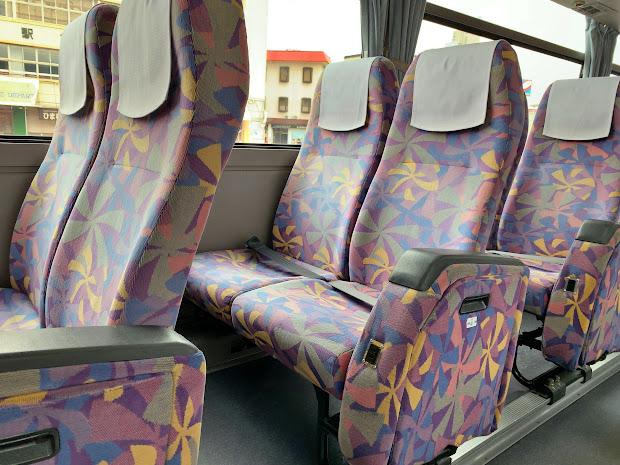 充電用コンセント(補助席付きの通路側席)