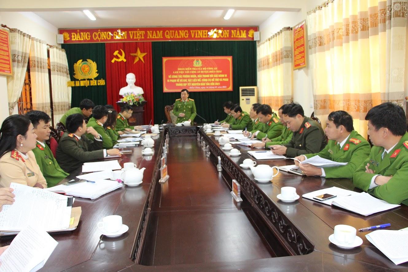 Đoàn công tác làm việc tại Công an huyện Diễn Châu và đã đánh giá  cao kết quả Công an huyện Diễn Châu đã làm được trong công tác quản lý, phòng ngừa, đấu tranh với các hành vi vi phạm pháp luật về VK, VLN, CCHT và pháo.