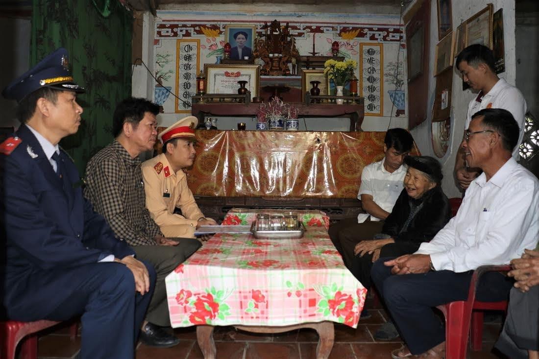 Đoàn công tác thăm hỏi, gia đình nạn nhân có hoàn cảnh khó khăn tại xã Lĩnh Sơn, huyện Anh Sơn