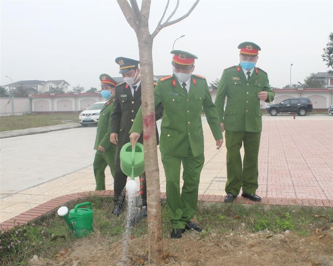 Đại tá Nguyễn Mạnh Hùng, Phó Giám đốc Công an tỉnh tham gia trồng cây