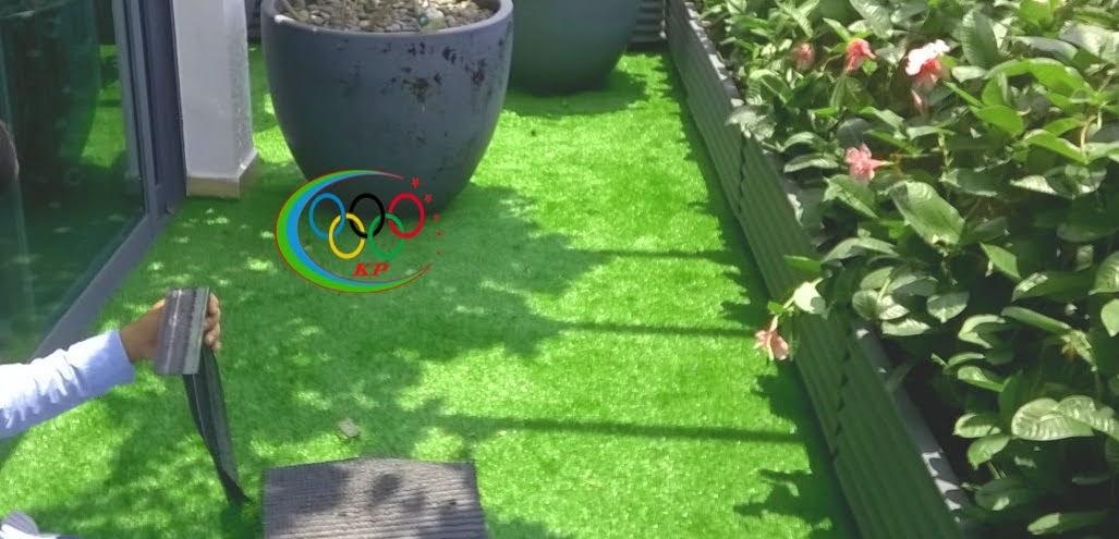 Sự gợi cảm thảm cỏ nhựa áp dụng vào thiết kế cửa hiệu