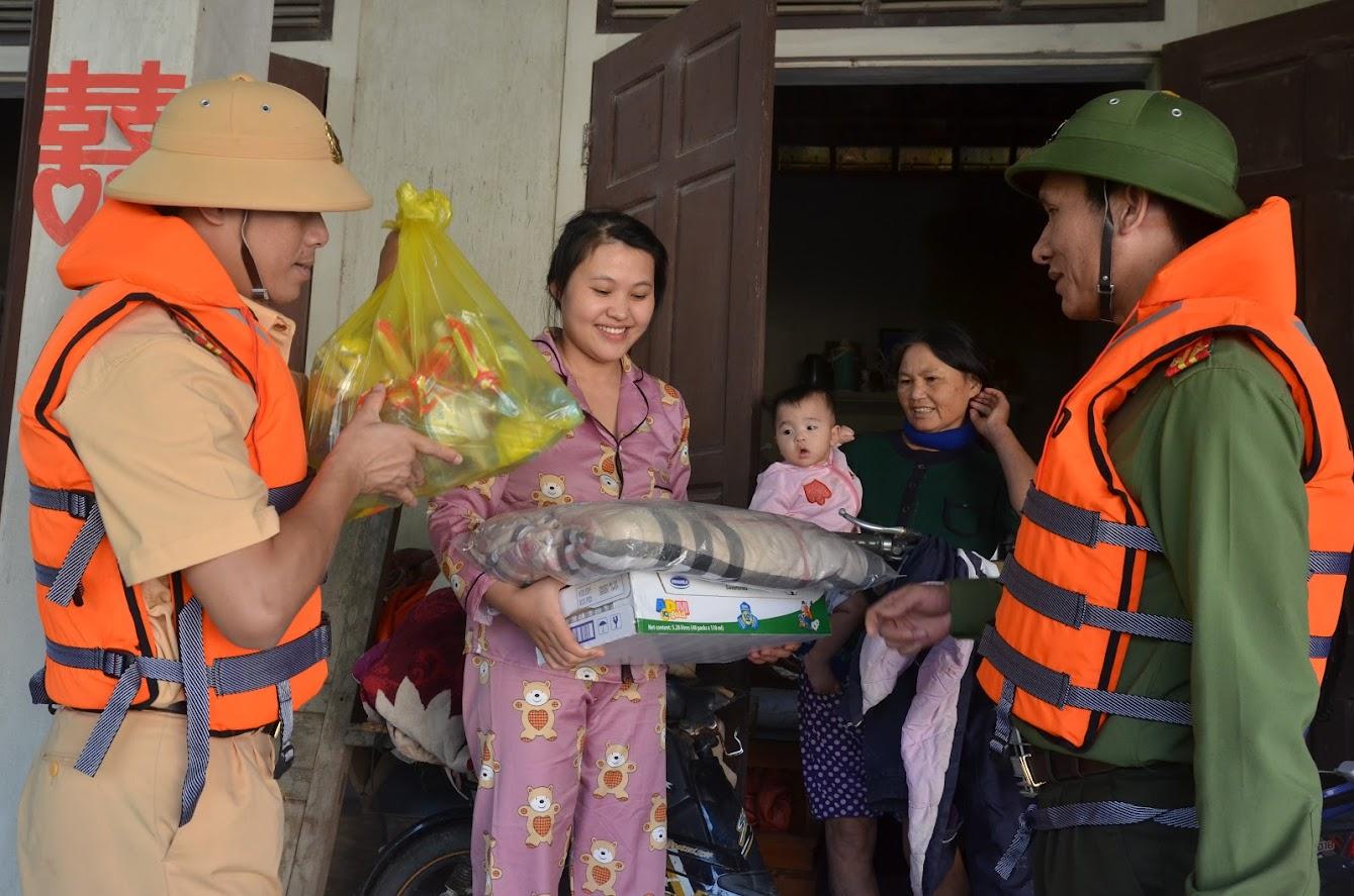 Công an thành phố Vinh trao tận tay lương thực, thực phẩm cho người dân xã Tượng Sơn, huyện Thạch Hà.