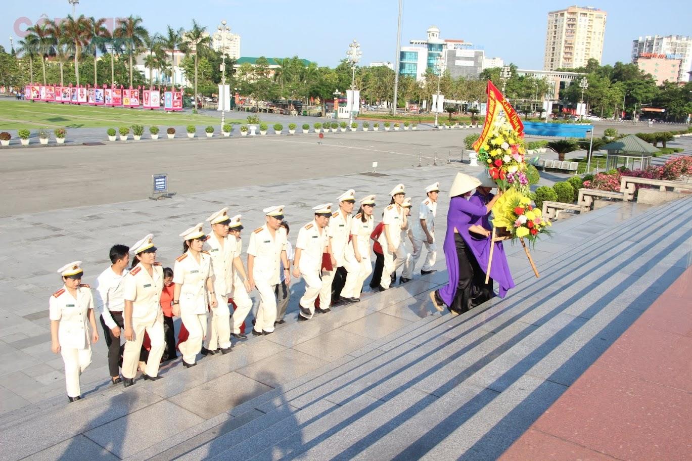 Lãnh đạo, Ban biên tập và CBCS Báo Công an Nghệ An kính dâng lên Bác lẵng hoa tươi thắm
