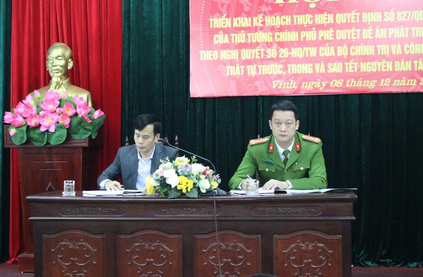 Đồng chí Trần Ngọc Tú - Chủ tịch UBND TP Vinh và đồng chí Thượng tá Nguyễn Đức Cường - Trưởng Công an TP Vinh đồng chủ trì Hội nghị.