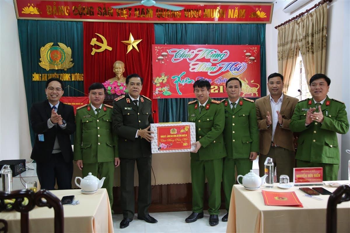 Tặng quà cho Công an huyện Tương Dương