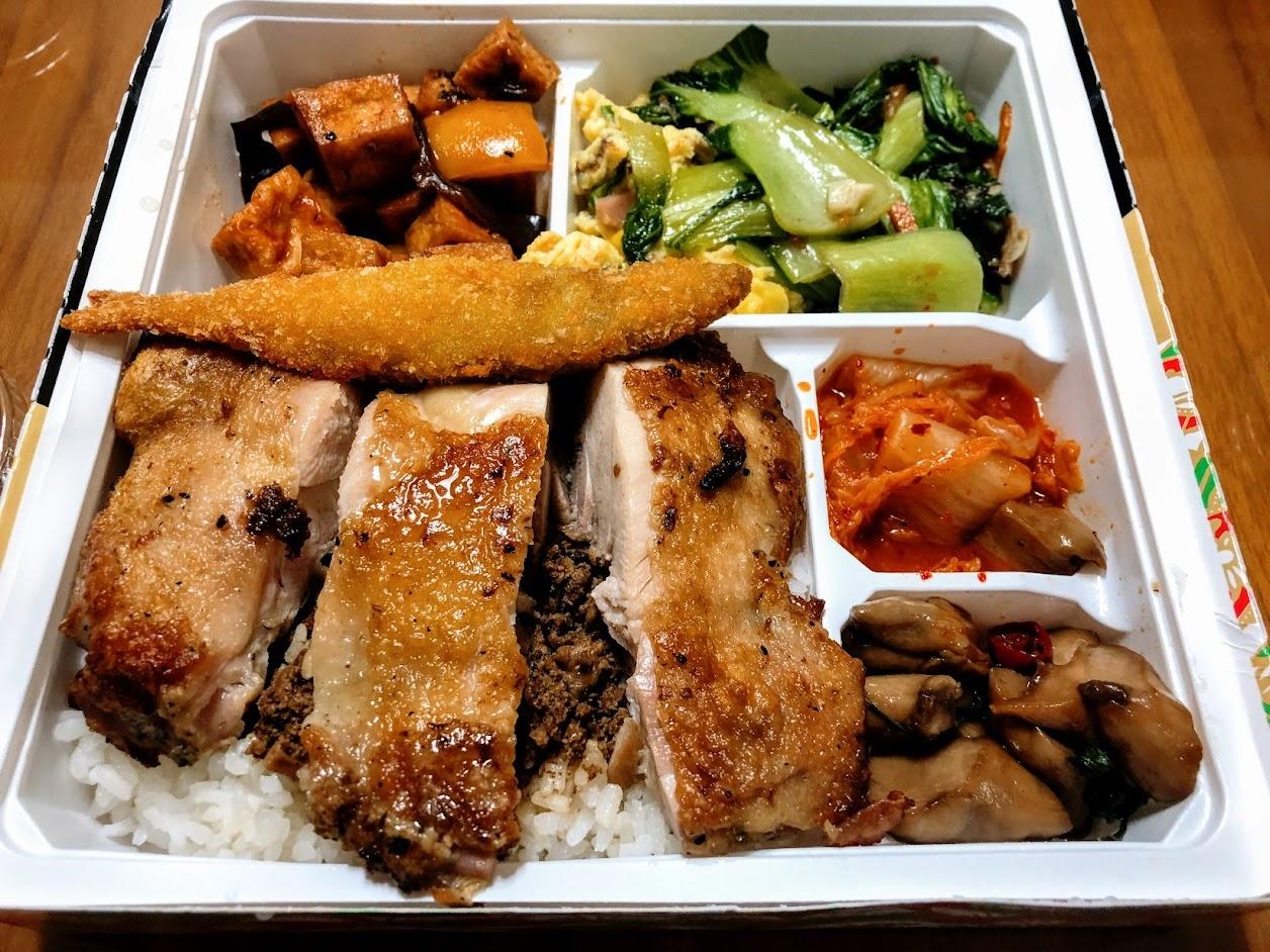 香料烤雞腿便當,總共六樣配菜,再加上雞腿與放著許多肉燥的飯