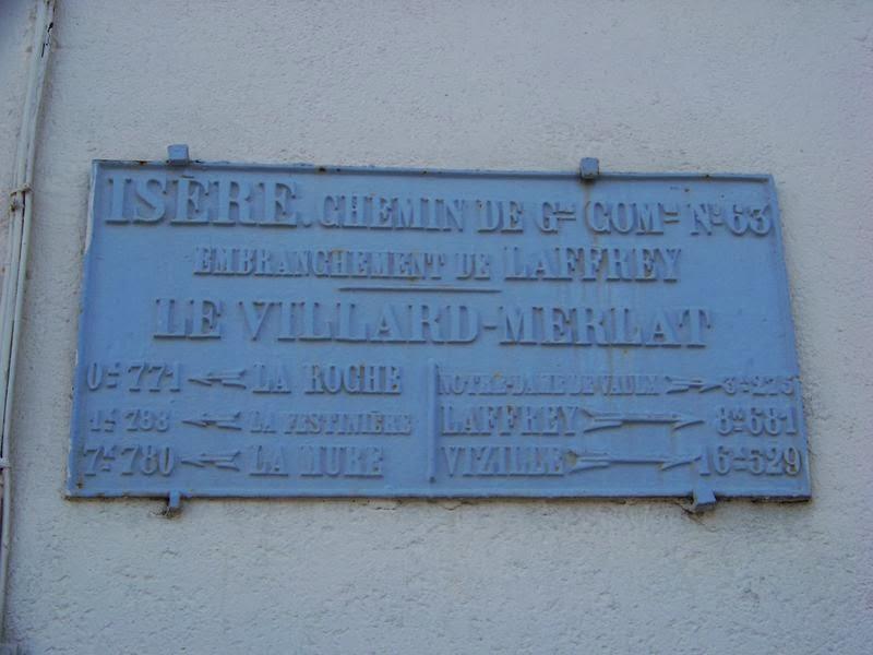 Une plaque routiere à La Motte d'Aveillans