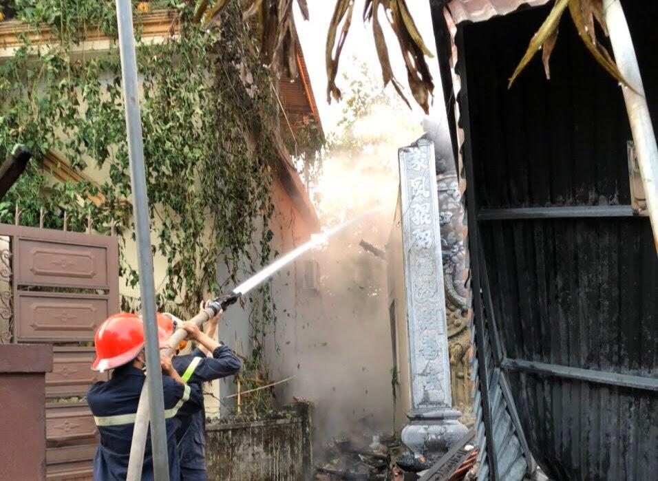 Lính cứu hỏa cố gắng tiếp cận từ nhiều phía, không để cháy lan sang nhà dân