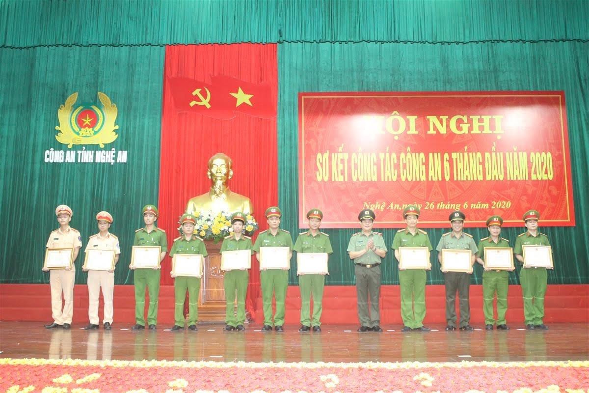 Thừa ủy quyền đồng chí Bộ trưởng Bộ Công an, Thiếu tướng Nguyễn Hữu Cầu, Giám đốc Công an tỉnh tặng Bằng khen của Bộ trưởng cho 11 cá nhân