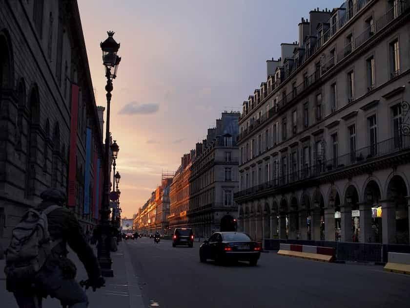 エミリー、パリへ行く 車からリヴォリ通り