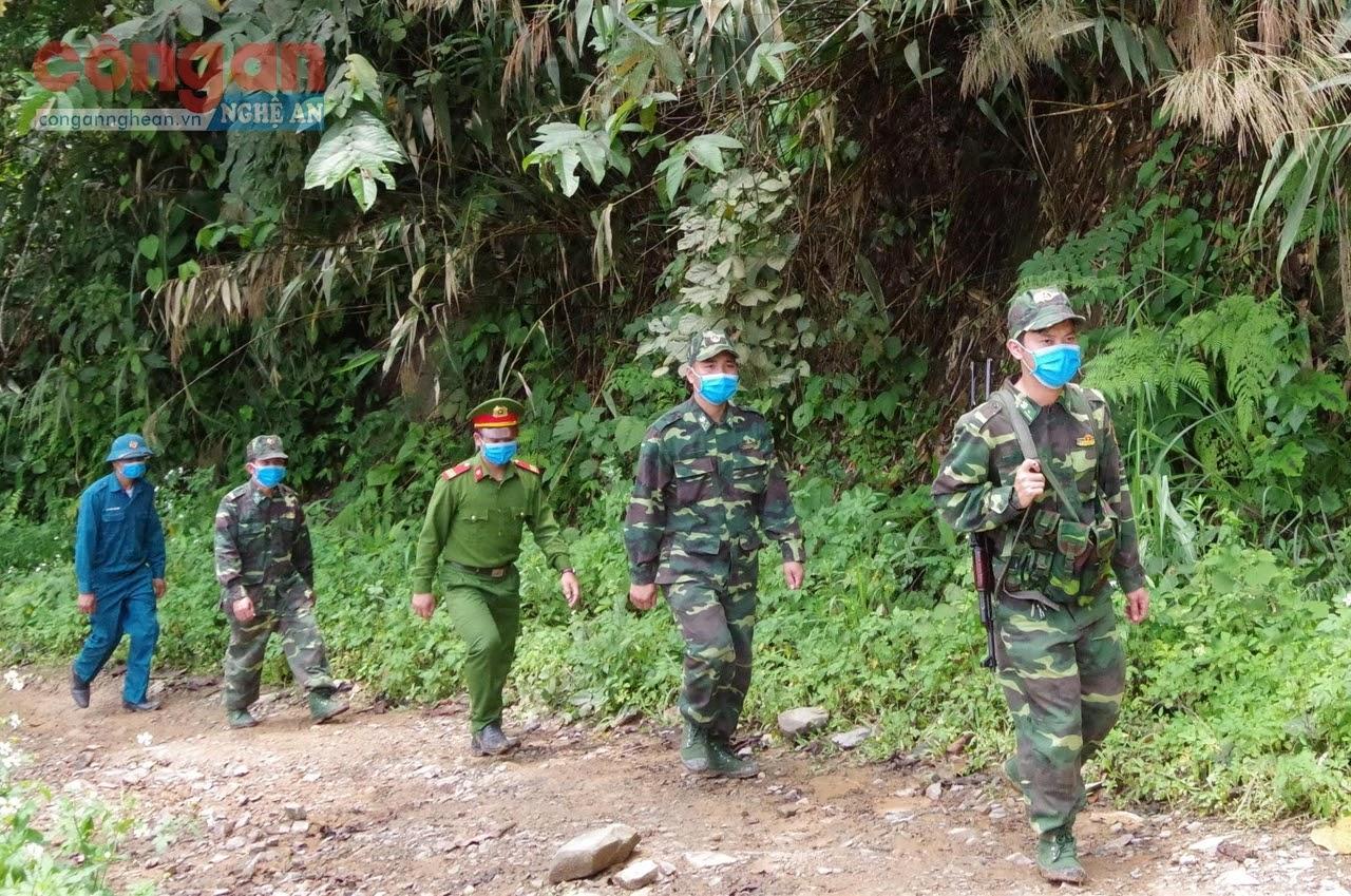 Cán bộ Đồn Biên phòng Tam Hợp và lực lượng chức năng tại địa phương tuần tra biên giới, kịp thời ngăn chặn                                                                              tình trạng xuất, nhập cảnh trái phép - Ảnh: Cao Loan