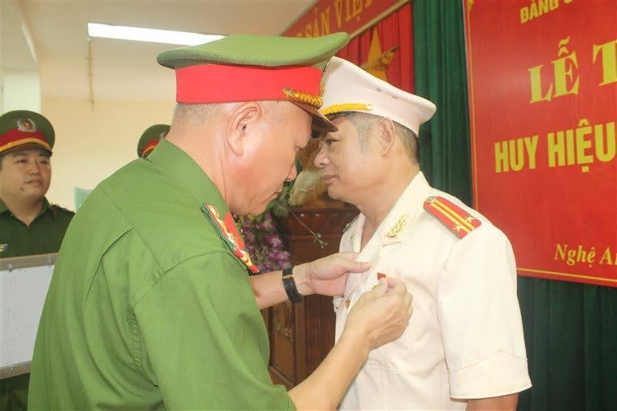 Đại tá Phạm Hoài Nam, Bí thư Đảng ủy, Trưởng phòng Cảnh sát hình sự gắn Huy hiệu 30 năm tuổi Đảng cho đồng chí Nguyễn Thiện Hiền