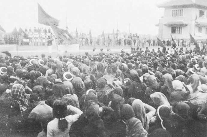 Ngày 12/1/1946, hàng vạn nhân dân Thủ đô họp mít tinh tại khu học xá Trung ương (nay là Đại học Bách khoa Hà Nội) chào mừng Chủ tịch Hồ Chí Minh và các vị đại biểu vừa trúng cử vào Quốc hội khóa I. Ảnh tư liệu