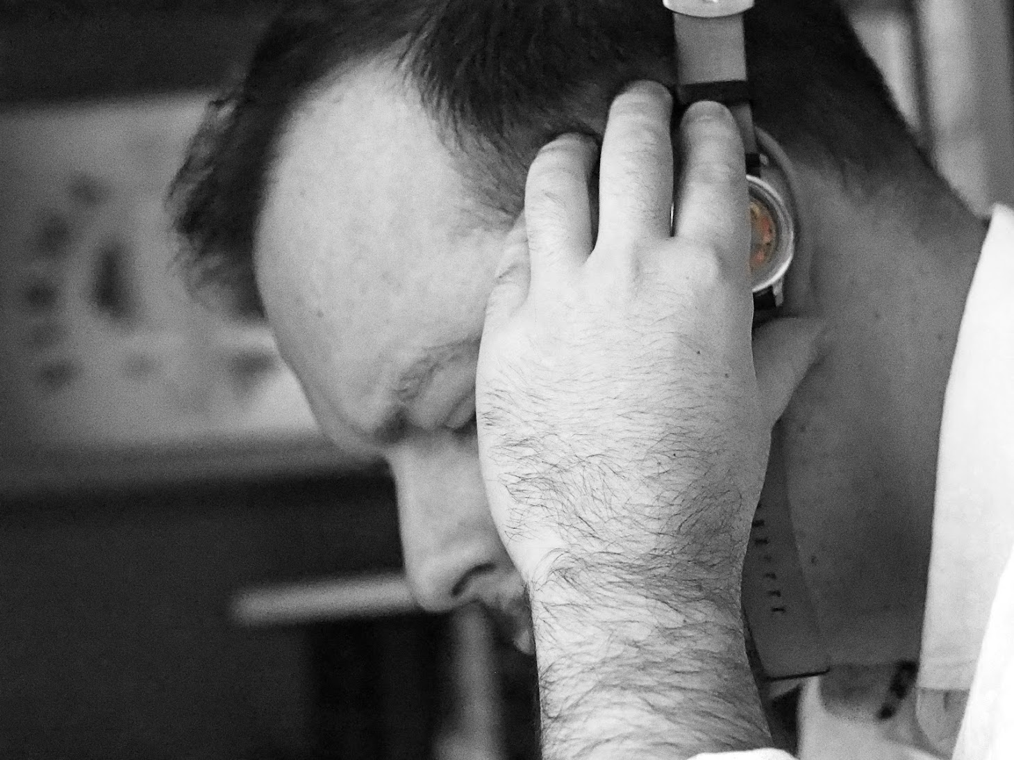 zegarek przyłożony do ucha - tykanie mechanizmu