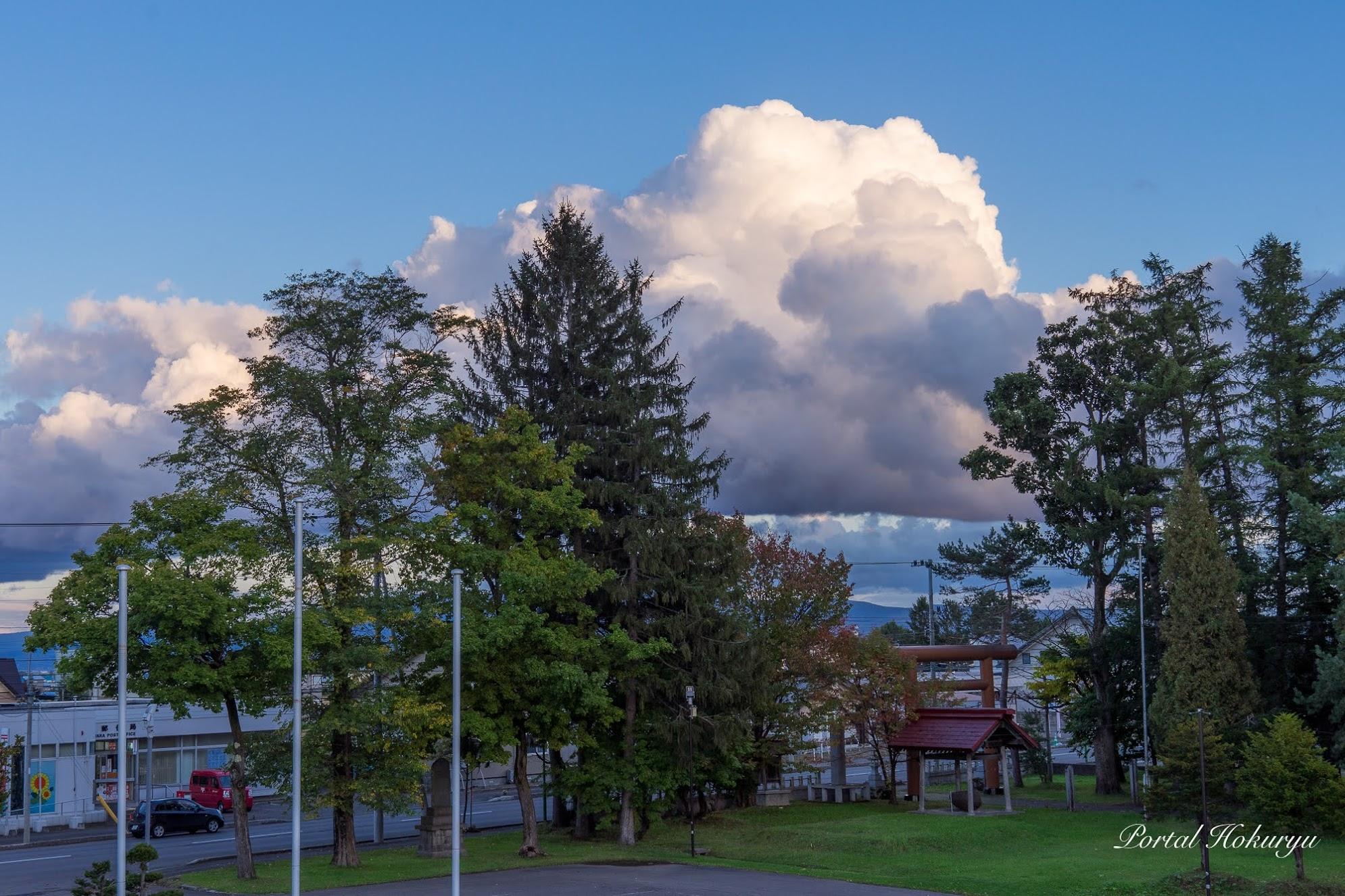 秋空に沸き立つ雲