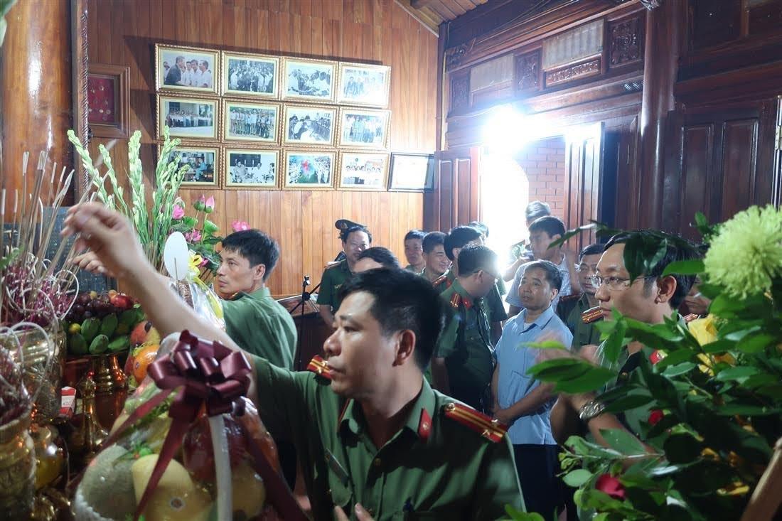 CBCS Công an Nghệ An lần lượt dâng hương lên bàn thờ cố Thiếu tướng Lê Văn Khiêu