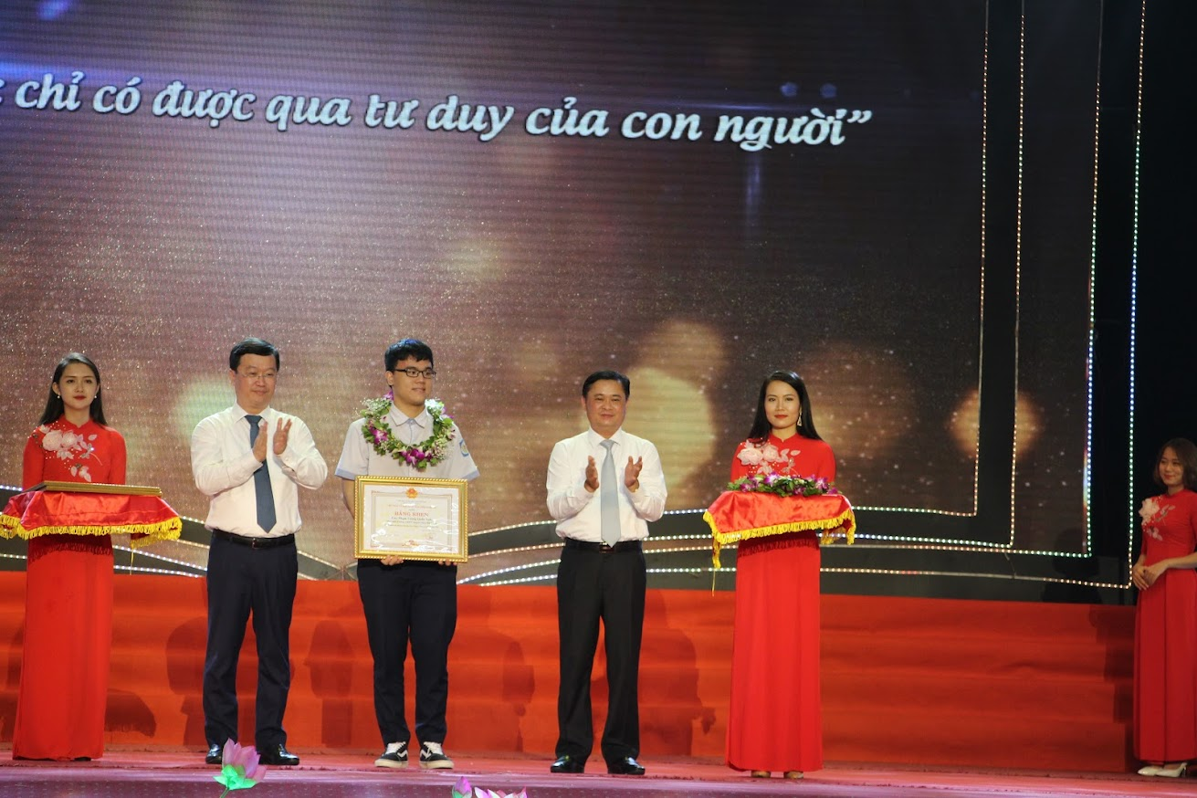 Trao thưởng cho em Phạm Trung Quốc Anh (Trường THPT chuyên Phan Bội Châu) đạt HCV Olympic Hoá học quốc tế.