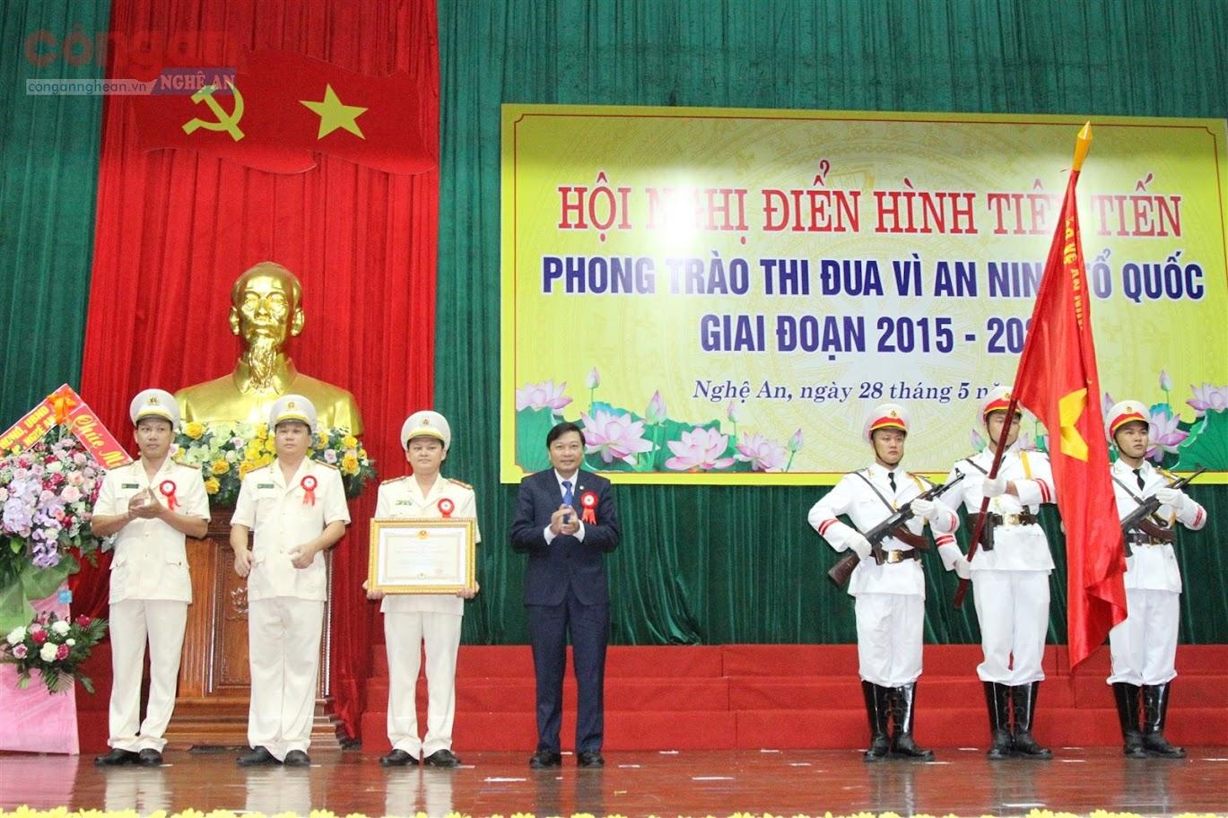 Thừa ủy quyền của Chủ tịch nước, đồng chí Lê Hồng Vinh, Ủy viên BTV Tỉnh ủy, Phó Chủ tịch thường trực UBND tỉnh trao Huân chương Bảo vệ Tổ quốc hạng Nhì cho Công an phường Lê Lợi