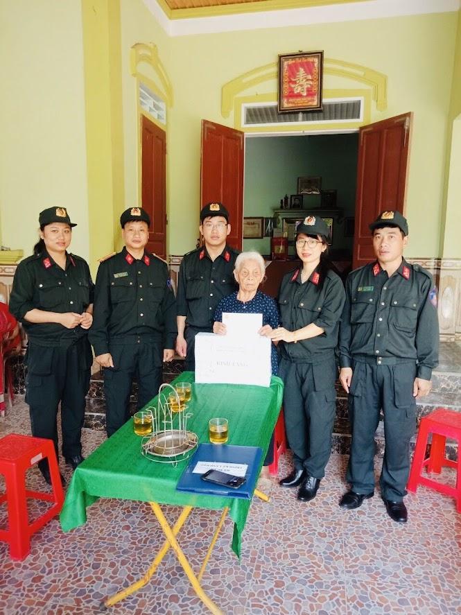 Thăm hỏi, tặng quà cho mẹ Việt Nam anh hùng Nguyễn Thị Năm