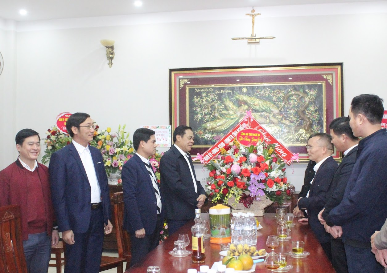 Lãnh đạo, CBCS Công an tỉnh Nghệ An chúc mừng Giáo xứ và Trung tâm hành hương Trại Gáo ở xã Nghi Phương, huyện Nghi Lộc