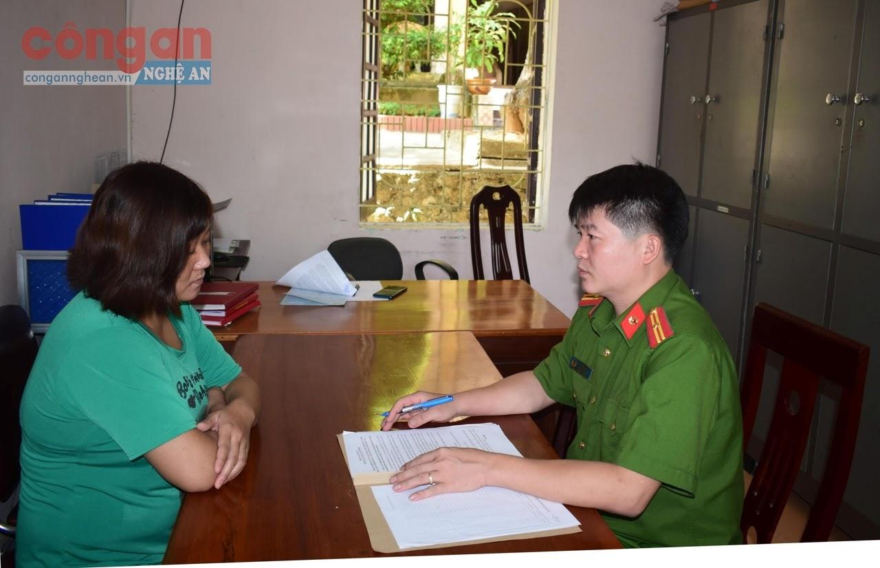 Thiếu tá Lô Tú Tài lấy lời khai của đối tượng trong một vụ án