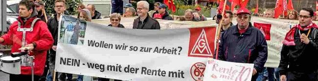 Demonstrierende, Transparent: «... weg mit der Rente 67».