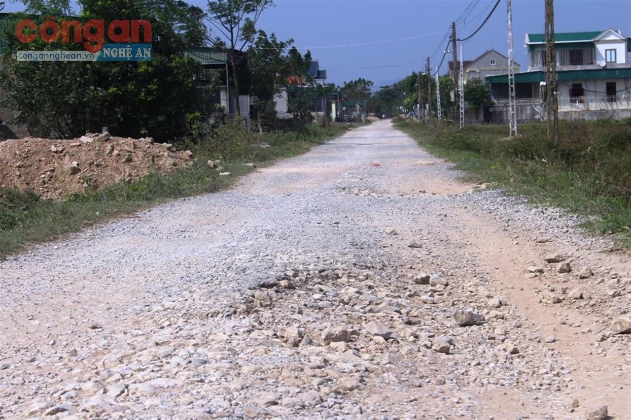 Dự án đường cứu hộ, cứu nạn thi công giang dở, khiến cho việc đi lại của người dân trên địa bàn xã Phú Thành gặp nhiều khó khăn, nhất là về mùa mưa