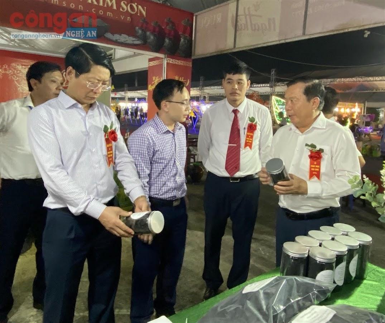 Các đại biểu tham quan gian hàng trưng bày sản phẩm                    của Trung tâm Tiết kiệm năng lượng Nghệ An