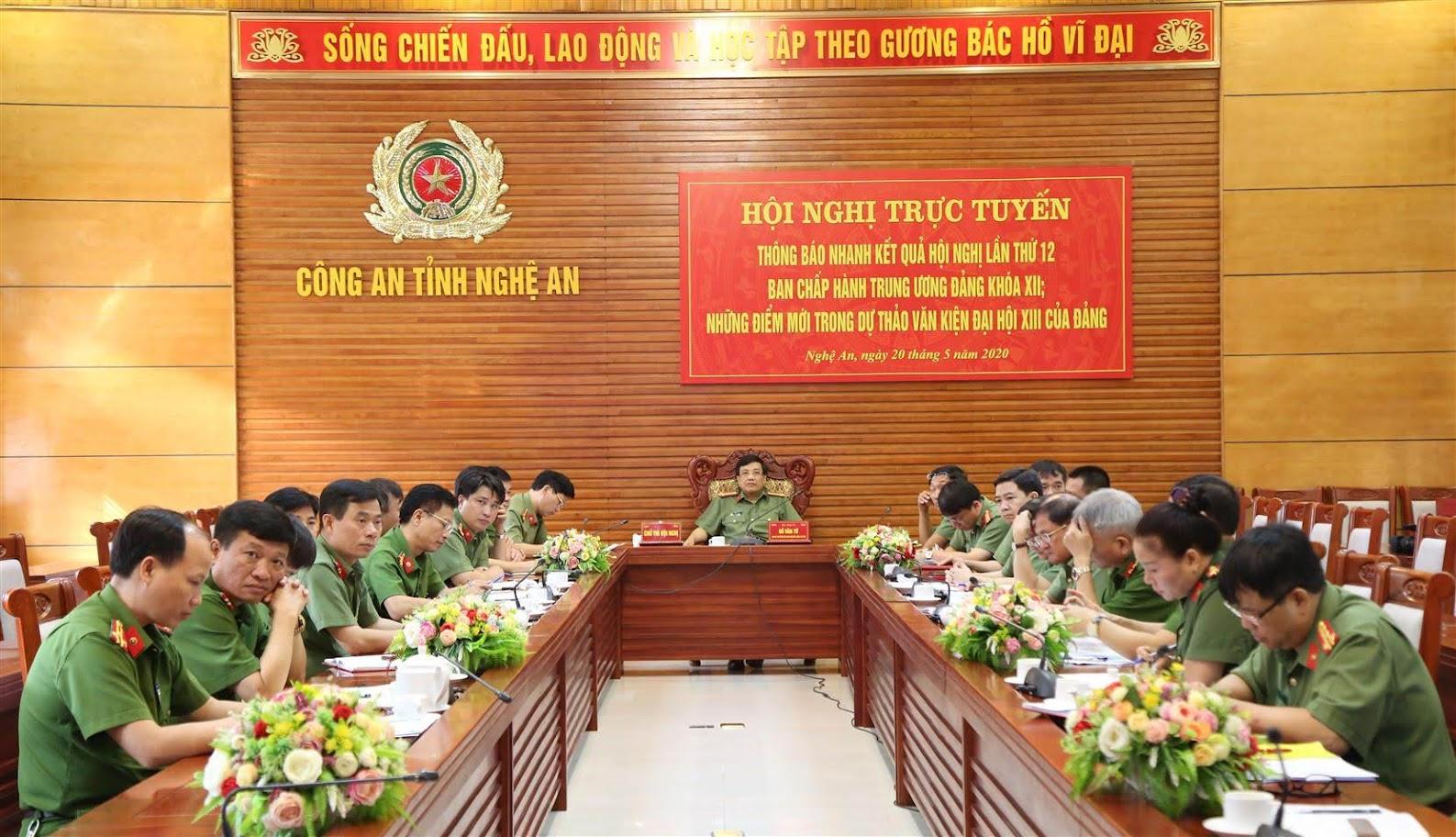 Đại tá Hồ Văn Tứ, Phó Bí thư Đảng ủy, Phó Giám đốc Công an tỉnh và các đại biểu tham dự hội nghị tai điểm cầu Công an Nghệ An.