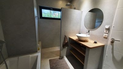 Une salle de bain moderne...