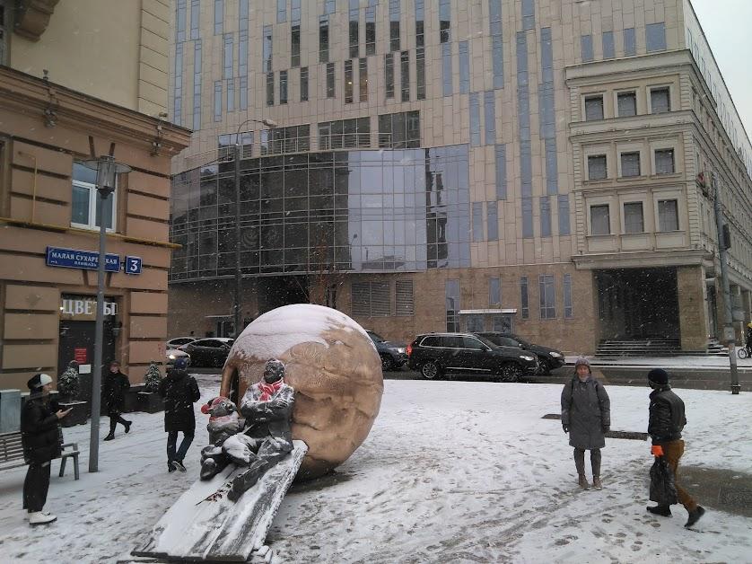 10. Общий памятника на фоне здания, где находится Новая сцена Театра Олега Табакова.