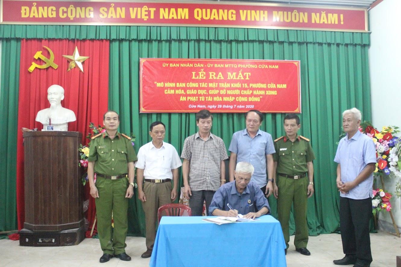 Đại diện Ban Công tác mặt trận, các tổ chức đoàn thể ký cam kết xây dựng mô hình
