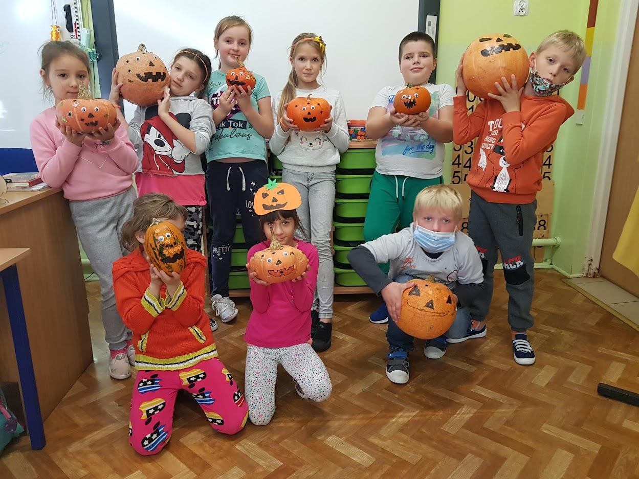 uczniowie klasy  3 trzymający dynie