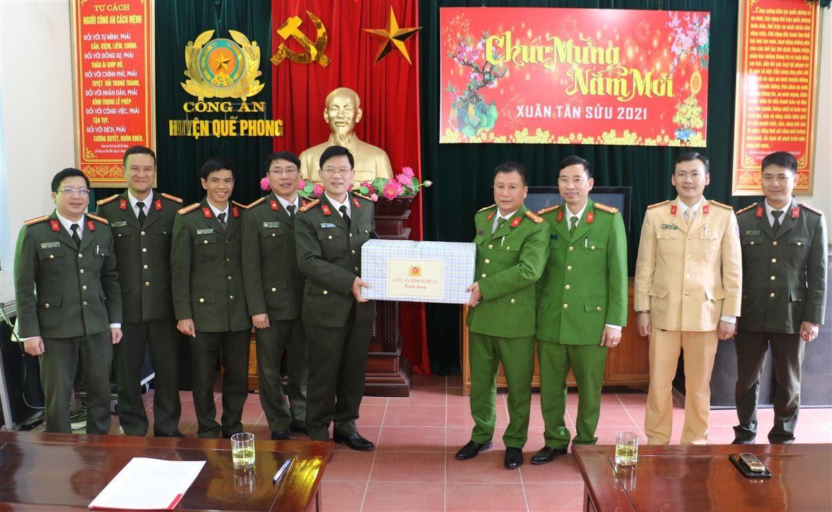 Đồng chí Đại tá Lê Văn Thái, Phó Giám đốc Công an tỉnh đến thăm, tặng quà và chúc tết lãnh đạo cùng cán bộ Công an huyện Quế Phong.