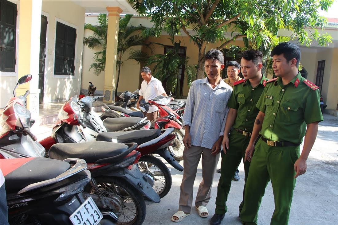 Công an huyện Diễn Châu trao trả 13 chiếc xe máy cho người bị hại.