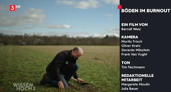 Bild aus Video, Abspann: Mann untersucht Erdboden. «Böden im Burnout. Ein Film von Berndt Welz … Wissen hoch 2.».