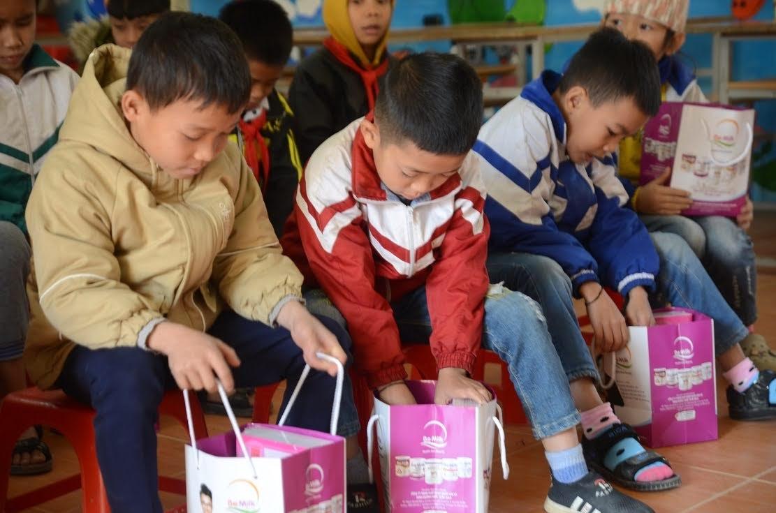 Các em học sinh háo hức với những món quà ý nghĩa
