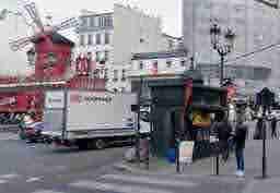 エミリー、パリへ行く Un live dernier instagram? Square avec des clowns