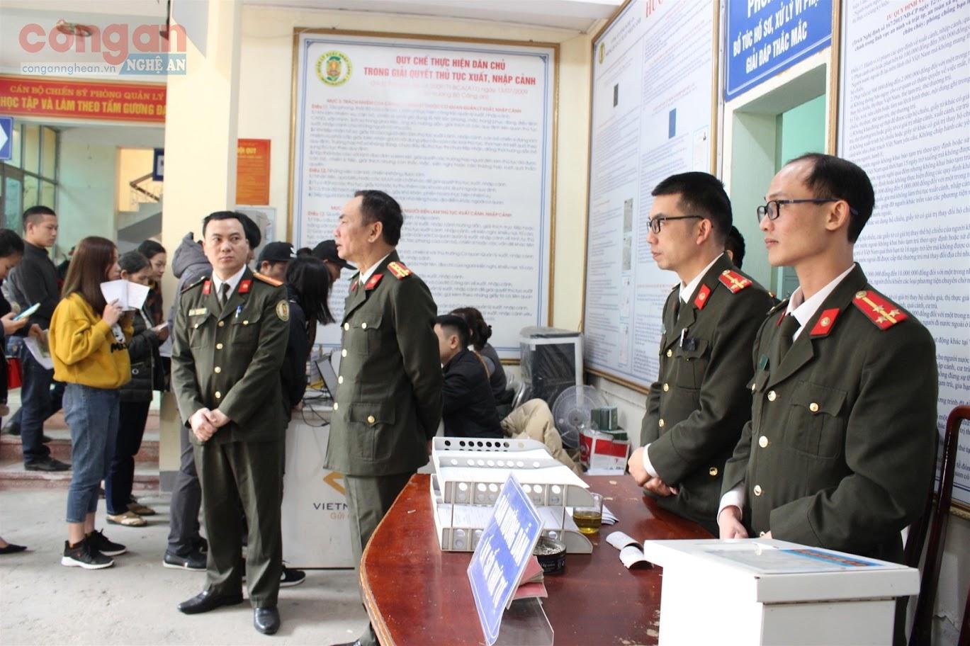 Đồng chí Đại tá Lê Xuân Hoài, Phó Giám đốc Công an tỉnh kiểm tra công tác cấp hộ chiếu cho người dân tại Phòng Quản lý Xuất nhập cảnh