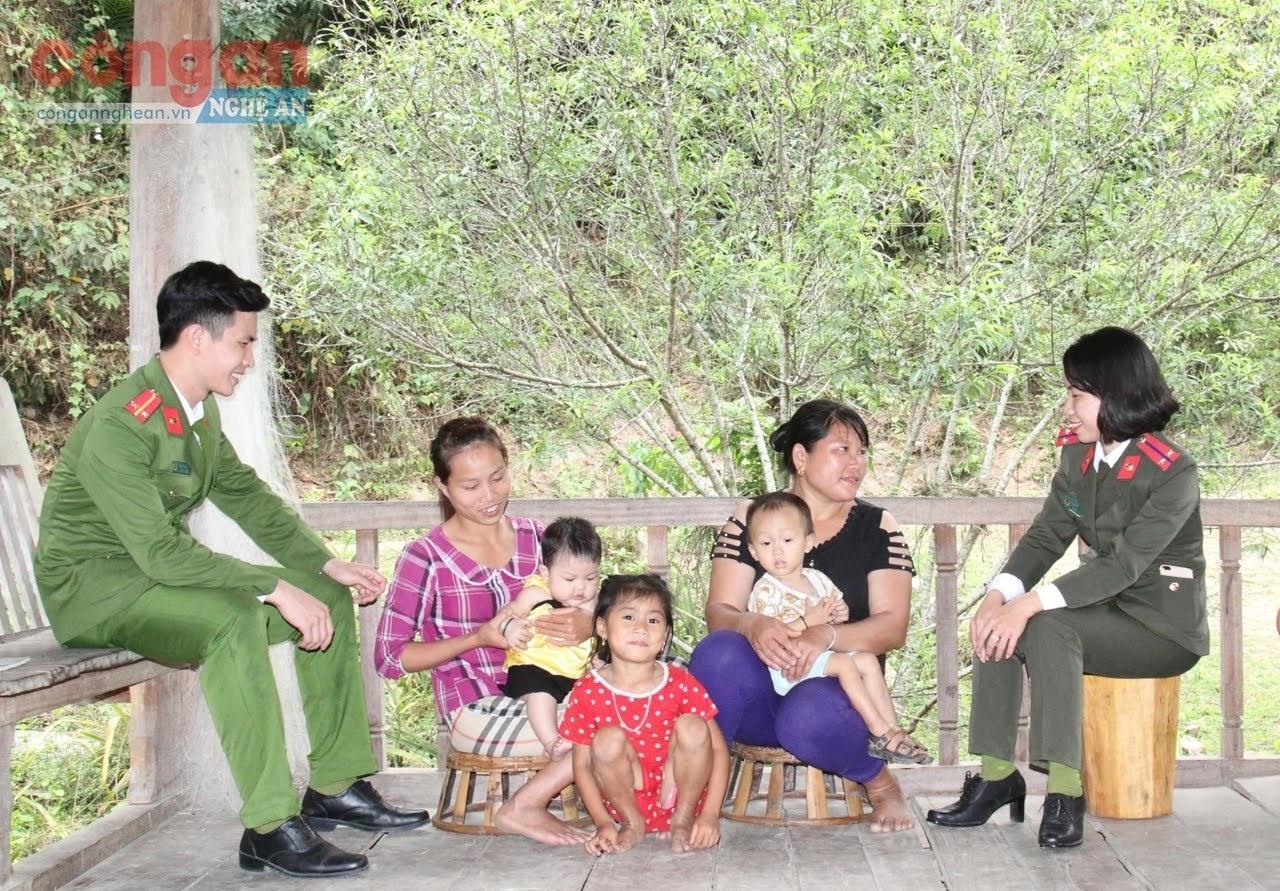 Công an huyện Tương Dương tuyên truyền phòng, chống mua bán người cho người dân tại xã Hữu Khuông
