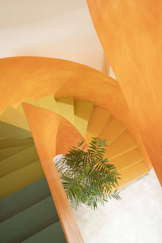 cầu thang màu cam