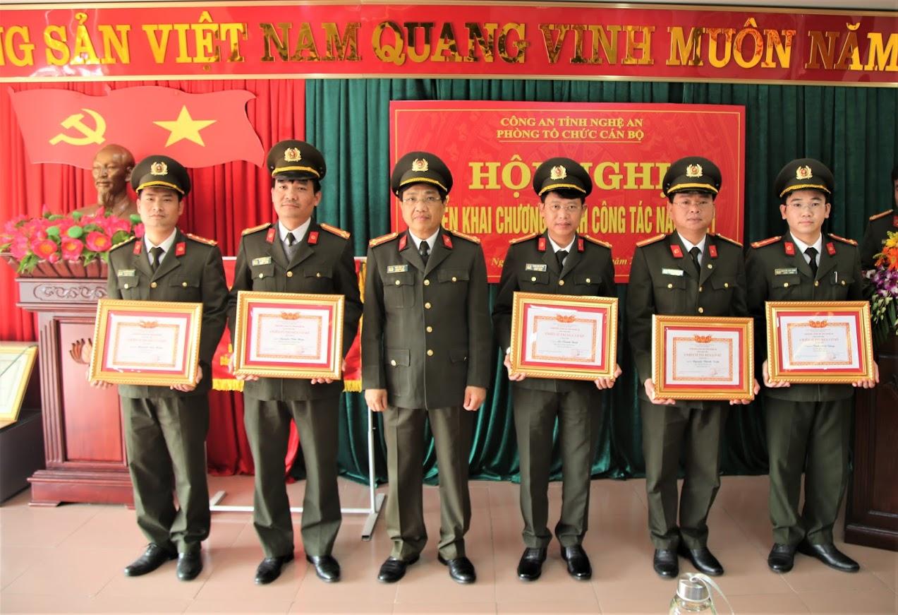 4.Đồng chí Đại tá Hồ Văn Tứ, Phó Giám đốc Công an tỉnh trao tặng danh hiệu chiến sỹ thi đua cơ sở cho các cá nhân.