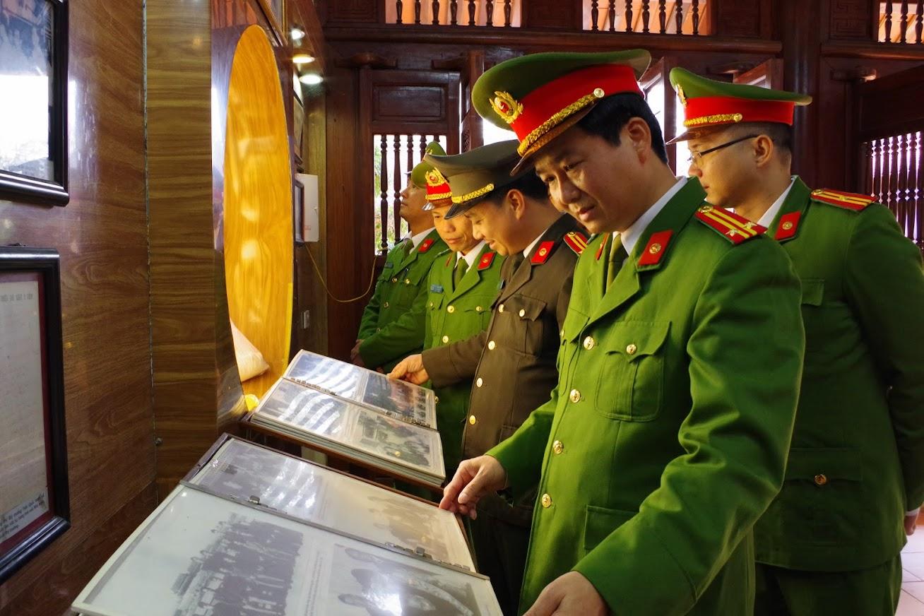các đại biểu đã dành phút tưởng niệm người học trò xuất sắc của Chủ tịch Hồ Chí Minh, người con ưu tú của quê hương xứ Nghệ, người đảng viên cộng sản kiên trung, suốt đời chiến đấu vì lý tưởng độc lập dân tộc và chủ nghĩa xã hội, tấm gương đạo đức cách mạng trong sáng, nhà lãnh đạo tài năng, xuất sắc của CAND Việt Nam.