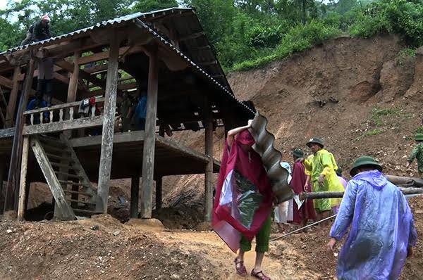 Công an huyện Kỳ Sơn sơ tán người dân ra khỏi vùng nguy cơ sạt lở đất