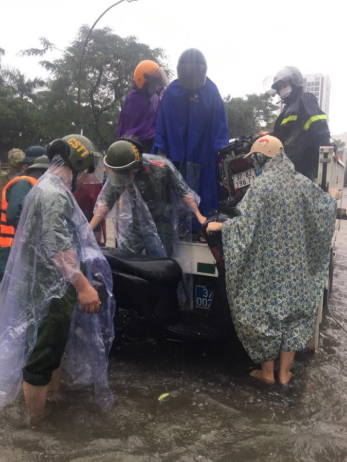 Đội Cảnh sát Trật tự - Phòng Cảnh sát QLHC về TTXH Công an Nghệ An tăng cường lực lượng hỗ trợ dân trên các tuyến đường