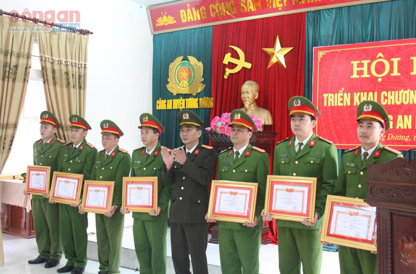 Nhiều cán bộ, đảng viên hoàn thành xuất sắc nhiệm vụ được các cấp, ngành khen thưởng