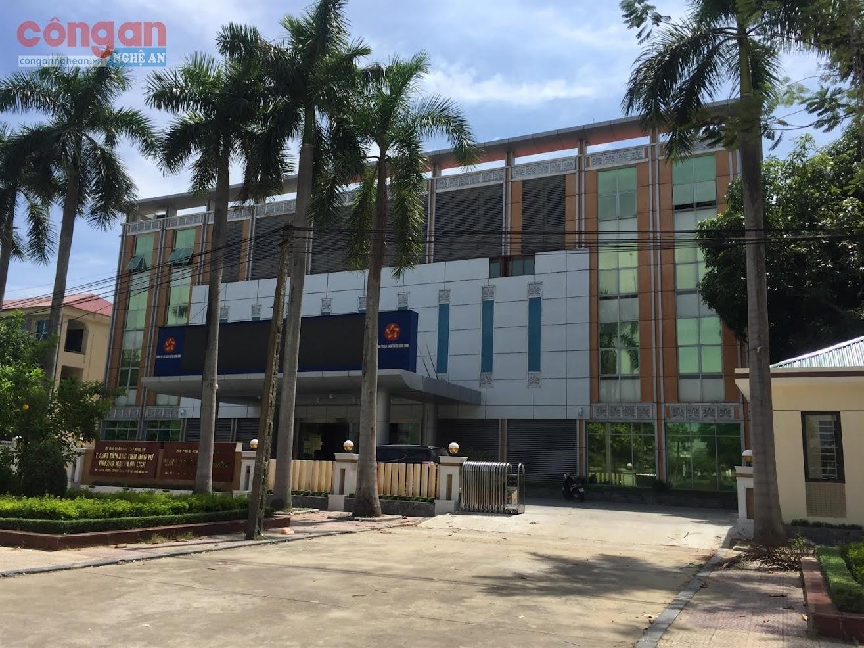 Trung tâm hành chính công tỉnh Nghệ An có địa chỉ  tại số 16, đường Trường Thi, TP Vinh, Nghệ An